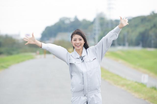 手を広げて笑顔の女性